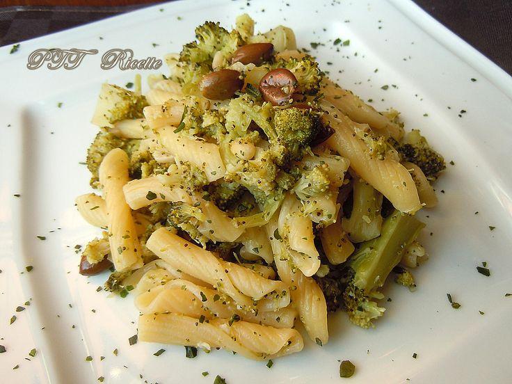 Penne ricce con broccoletti e olive. #pennericce #penne #pasta #broccoletti #olive #primopiatto #ricetta #recipe #italianfood #italianrecipe #PTTRicette