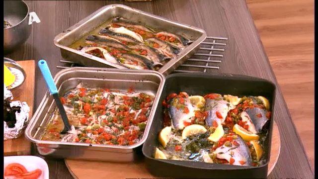 ΦΙΛΕΤΟ ΤΣΙΠΟΥΡΑΣ ΑΧΝΙΣΤΟ ΜΕ ΝΤΟΜΑΤΑ ΚΑΙ ΚΑΠΠΑΡΗ Χρόνος προετοιμασίας: 40 λεπτά ΥΛΙΚΑ (για 6 άτομα): 12 φιλέτα τσιπούρας (από 6 ψάρια) 500 γρμ. ντοματίνια σε κυβάκια 2 πιπεριές σε κυβάκια 2 κρεμμύδια ψιλοκομμένα 2 σκελίδες σκόρδο 1/2 ματσάκι μαϊντανός ψιλοκομμένος 1 φλ. κάππαρη χυμός από 2 - 3 λεμόνια 1/2 φλ. ελαιόλαδο λίγη ρίγανη αλάτι και πιπέρι ΕΚΤΕΛΕΣΗ: