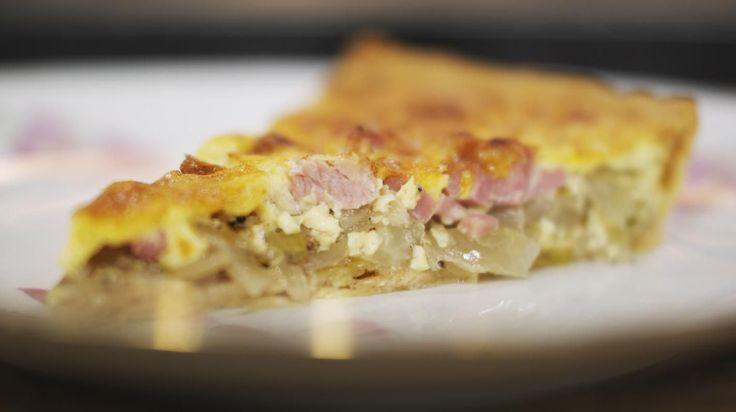 Een quiche is een hartige taart die je zowel warm als koud kan eten. Jeroen maakt deze keer zo'n eenvoudig gebakje met witloof, smakelijke gekookte hamen cheddar. De inspiratie voor deze combinatie haalde hij bij de klassieker ham-witloofrolletjes in kaassaus.