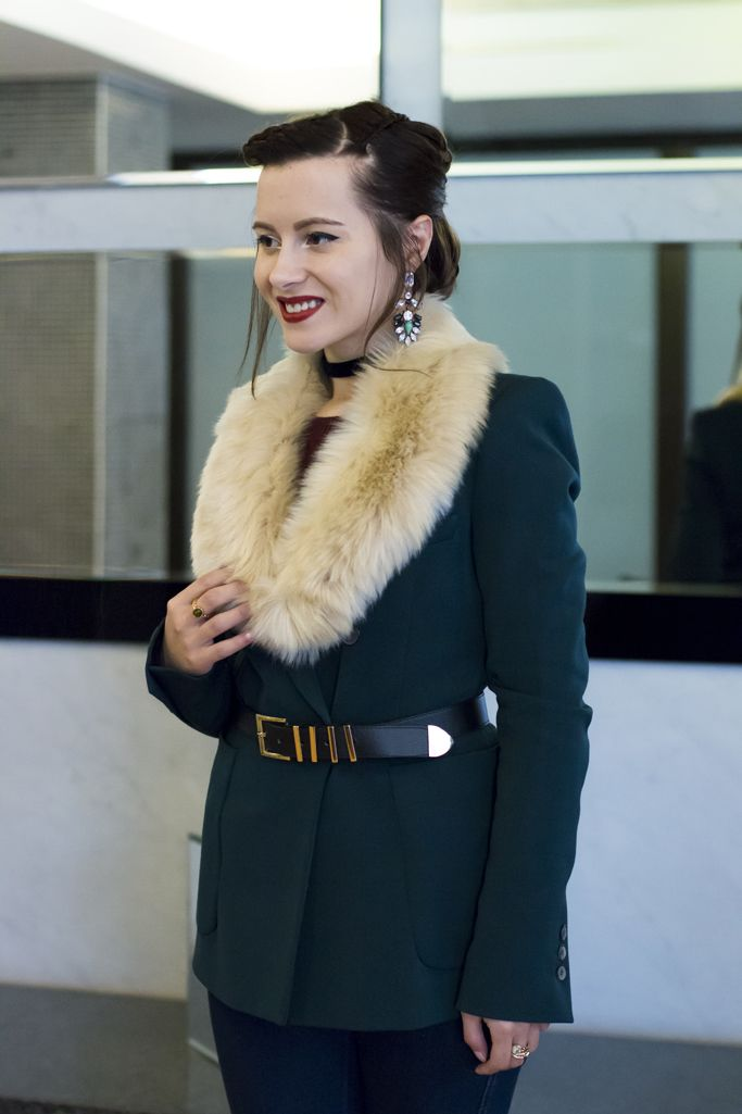 Big smile! #fancylook #luxury #visiononfashion #furcollar #fashionblogger #winteroutfit #winterlook #mirror #braids