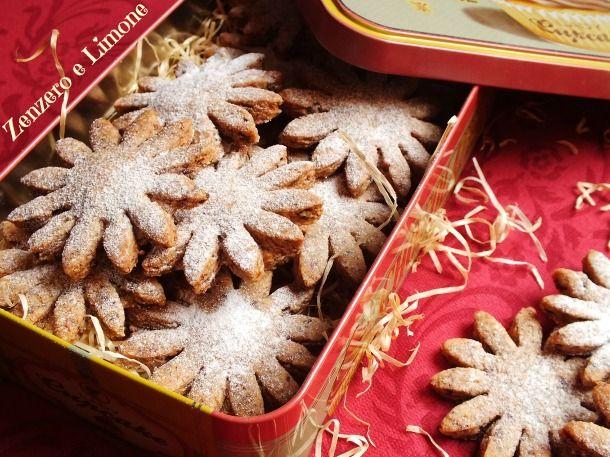 Questi biscotti nocciole e cioccolato sono dei dolcetti golosissimi e friabili che si conservano perfettamente in una scatola di latta.