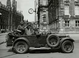 De 2e wereldoorlog in Amsterdam. Dit is een auto die ze in de 2e wereldoorlog gebruikten.