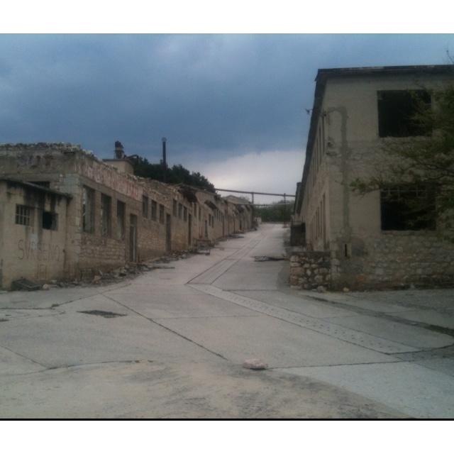 Immagini da Goli Otok: campo di concentramento durante la Jugoslavia per dissidenti prima e carcere in seguito. Oggi è un'isola fantasma, con edifici abbondanti dove le pecore la fanno da padrone.
