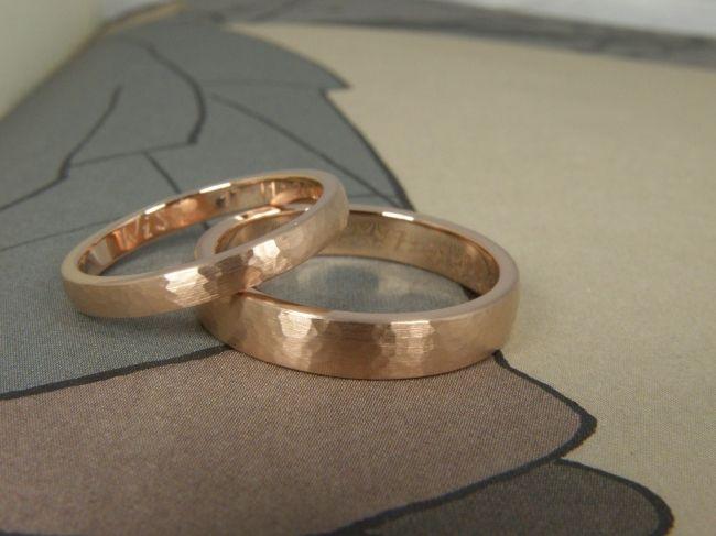 * wedding rings | oogst-sieraden * Trouwringen * Roodgoud met hamerslag structuur * Maatwerk *