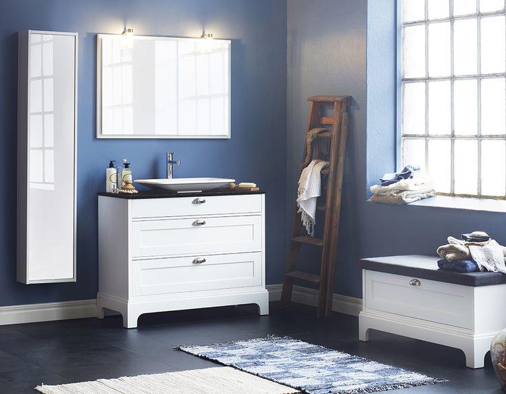 Inspirert av både klassiske svenske kystvillaer og av New England-stilen er Solvik vår mest landlige møbelserie. Den tradisjonelle formen, de solide bena og benkeplatene med underlimte servanter gjør Solvik til våre mest nostalgiske baderomsmøbler.