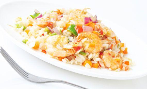 Le insalate di riso sono una delle ricette estive più fresche, ma se non volete ricadere nei soliti ingredienti, ecco una ricetta che fa per voi! I chicchi del riso thai si arricchiranno del sapore fresco delle erbe di stagione e croccanti gamberetti la renderanno ancora più golosa! Preparazione: fate cuocere il riso in abbondante acqua salata:  … Continued