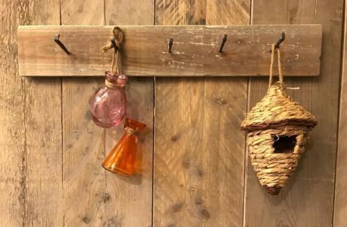 Kapstok / wandrekje/ keukenrekje van steigerhout Met 5 antieke nail spijkers 60 x 10 € 17.95 www.zuzzenzowonen.nl