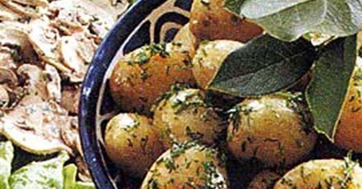 Färskpotatisen får extra läckra smaker med smörklickar och sommrig dill och gräslök