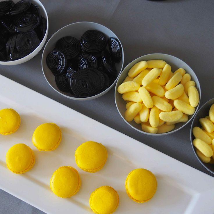 Macarons et bonbons pour sweet table d'anniversaire sur le thème de Batman…