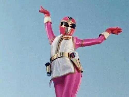 E a Power Ranger rosa que de tanto mandar beijinho no ombro para as inimigas já virou um ícone gay. | 20 provas de que a sua infância foi uma grande Parada Gay