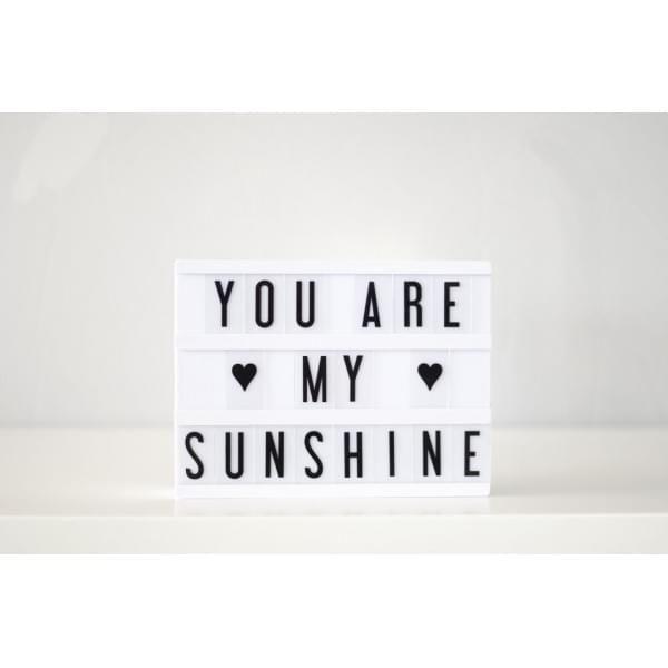 Lightbox en format mini (20 x 15 cm)   3 rangées pour disposer vos lettres  100 caractères  Contient des emojis en couleur  A poser ou à accrocher au mur