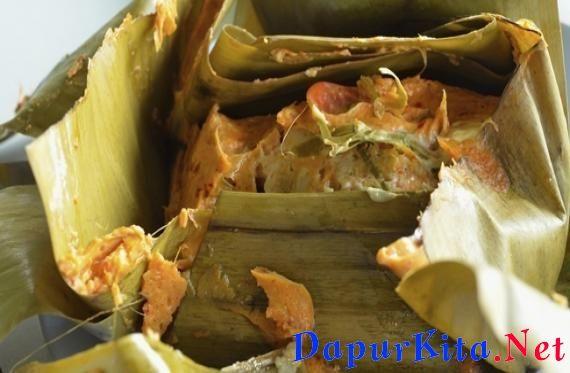 Bahan-bahan: 4 ekor ikan tongkol (2 wadah ikan tongkol potong), bersihkan2 batang daun bawang, potong-potong pendek1 ikat daun kemangi3 kotak tahu putih, hancurkan1 sdm air jeruk nipisdaun pisang untuk membungkustusuk gigi untuk penye