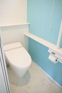 ほとんどの部屋をアクセントウォールにしました。1階のトイレはティファニーブルーに近いものをさがしリリカラの壁紙を採用しました。実際のティファニーブルーはもっとグリーンっぽいブルーになるので、ちょっと違いますがとても綺麗な色です♪白の部分は一