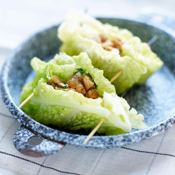 Découvrez la recette Paupiettes de chou vert frisé au poulet et raisins secs sur cuisineactuelle.fr.