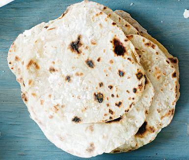 Uppgradera fredagstacon med hembakta tortillabröd - väl värt besväret vågar vi lova! Bröden gör du enkelt av ingredienser de flesta har hemma. Ät dem helst nygräddade, det blir godast så!
