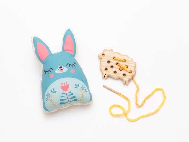Iată un cadou pentru copii care le va însenina oricând privirea. Cu jucării din lemn și pluș și bunătăți delicioase și sănătoase.