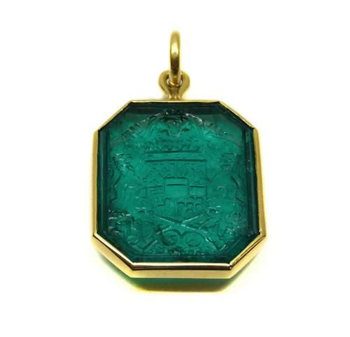 Antique carved emerald intaglio, French c.1610, of canted rectangular form, carved with the coat-of-arms of Maximilien de Bethune, Duc de Sully, Marquis de Rosny, Grand-Maitre de lartillerie (1560-1641), in plain gold mount