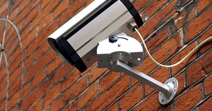 Cómo acceder a mi cámara de seguridad  en Internet. Tener seguridad en el hogar se está convirtiendo muy popular y mucha gente está ahorrando dinero al instalar los sistemas de seguridad por su cuenta. La mayoría de las cámaras de seguridad para el hogar que en estos días se ofrecen, permiten acceder a través de Internet desde cualquier computadora.