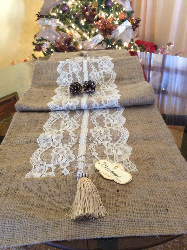 Vintage Table runner with burlap and lace / camino de mesa estilo Vintage con…