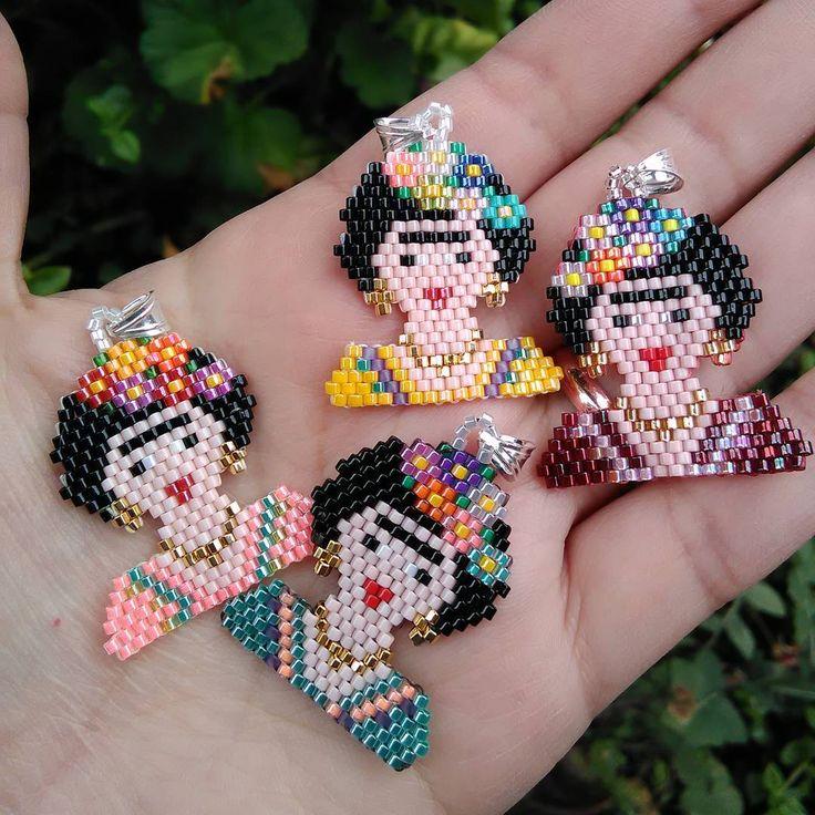 Viernes ya! mañana ya empieza la feria #vivetumarca en el Espacio More del barrio Lastarria, Santiago. Ninguna Frida es igual a la otra. Cada una con su propia personalidad ✨ • • #fridakahlo #pendientes #artesanias #joyasartesanales #valdivia #hechoenchile #hechoamano #accesorios #mujer #miyukibeads #peyotestitch #handmadejewelry #handmade #boho #bohochic #bohojewelry #bohemian #gypsyjewelry #bohostyle #hippiejewelry #beads #pendants