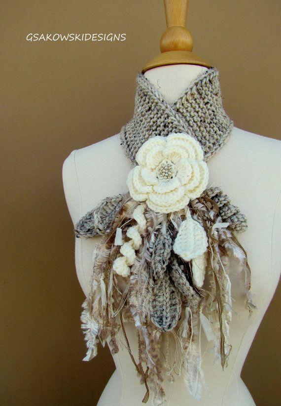 Este único, original scarflette es elegante, pero práctico. Un accesorio caprichoso y femenino que puede ser usado casualmente o por la noche