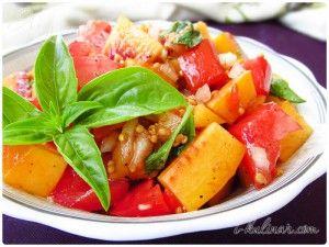 Салат из персиков и помидоров с тремя видами базилика