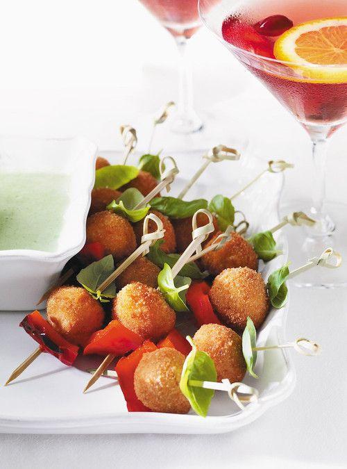 Croquette de bocconcini au basilic et au poivron rouge http://www.ricardocuisine.com/recettes/801-croquettes-de-bocconcini-au-basilic-et-poivron-rouge