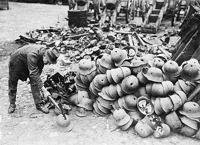 WW1: German steel helmets receive the death blow after the end of the war. The effective decommissioning of the wartime German army yielded enormous amounts of weapons and materiel surrendered to the Allies. Most of these spoils were sent to the furnaces.