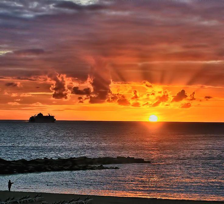 Un magnifico cielo, rojo pasión,  desde la playa de  Los Cristianos - Foto de J.A. Puerta