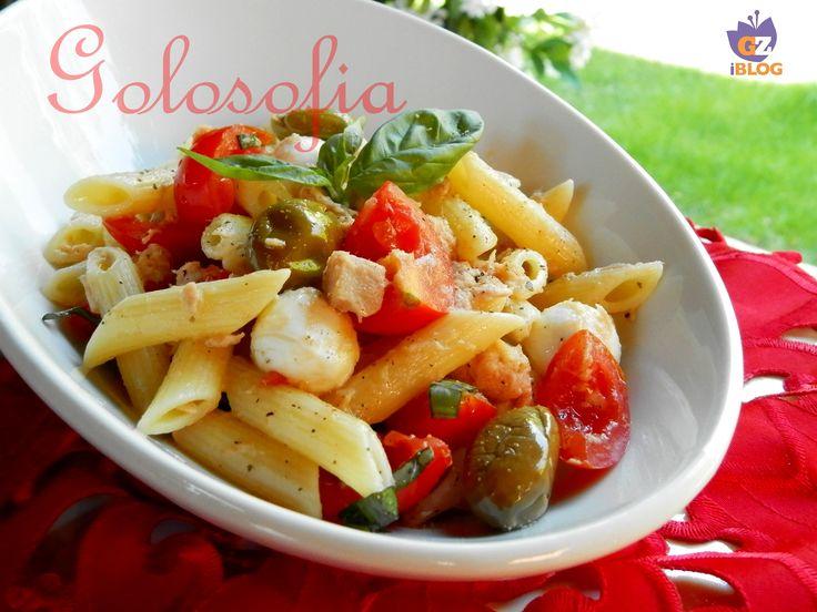 Insalata di pasta fredda con tonno e mozzarella, un classico piatto dell'estate, fresco e gustosissimo!