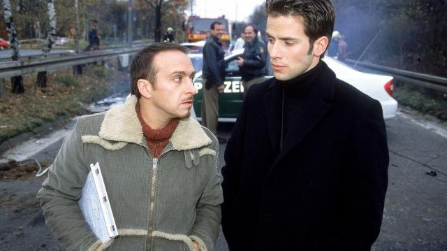 Schröder magánnyomozó épp felvételeket készít egy titkárnőjével enyelgő férjről, amikor véletlenül lefotózza egy gyilkosság elkövetőit, így veszélybe kerül az élete.