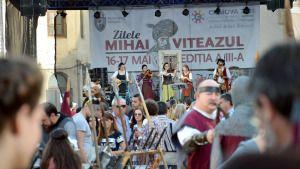 """Mii de oameni au fost sâmbătă şi duminică, 16-17 mai, în Centrul Vechi al Craiovei unde au participat la cea de-a III-a ediţie a Festivalului """"Mihai Viteazul"""". Cavaleri, cântece medievale, domniţe, armuri, un decor surprins parca din filmele medievale, demonstraţii de măiestrie cu sabia, o ghilotină, o spânzurătoare, toate acestea şi multe altele au fost […]"""