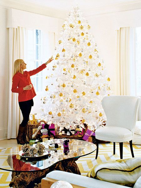 Traditional living room decor myhomeideas com - 1000 Images About Gold And White Christmas Decor On