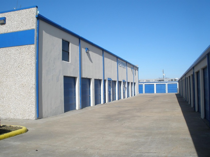 If you've never been to a storage unit auction and would appreciate some advice and tips, here is a helpful guide for first time storage unit auction hunters.