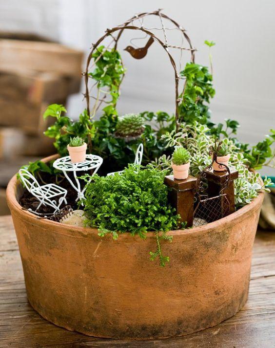 Come realizzare dei giardini in miniatura usando materiali di uso comune