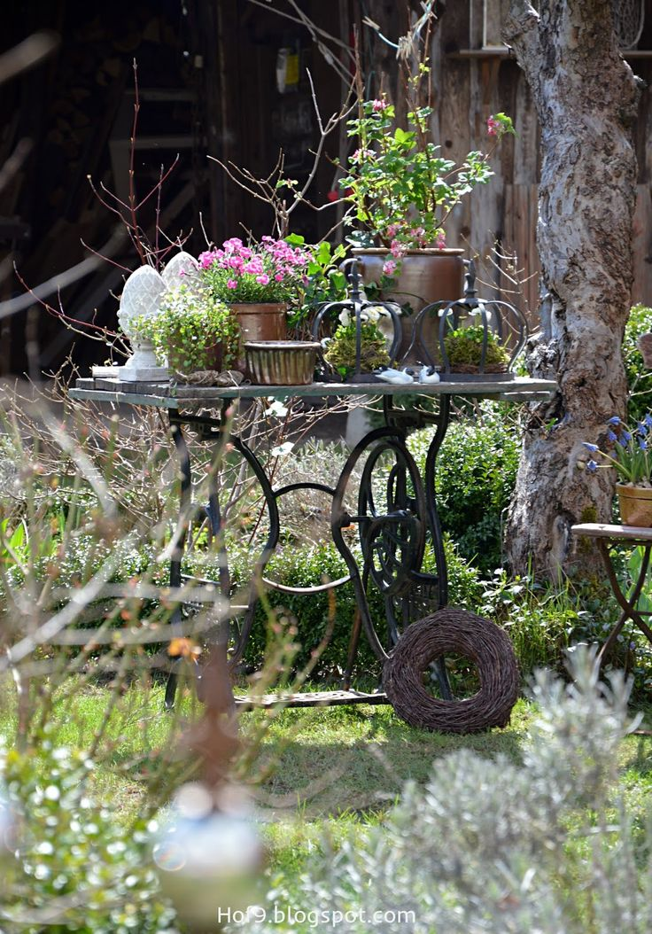 gartendekoration mit alten n hmaschinengestell gartendeko shabby rosa gartenpflanzen alte. Black Bedroom Furniture Sets. Home Design Ideas