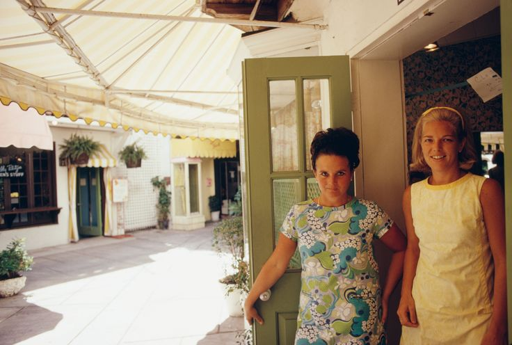 Lilly Pulitzer (left) with Mrs. Rodney Dillard in Palm Beach, Florida. Photographed by Slim Aarons in May 1970. #LillyPulitzer