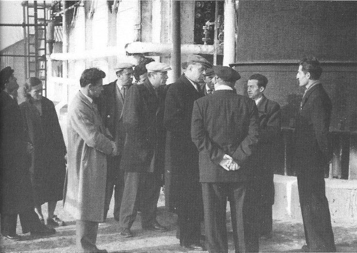Enver Hoxha ne rafinerin e naftes, ne Qytetin Stalin, dhjetor 1957.