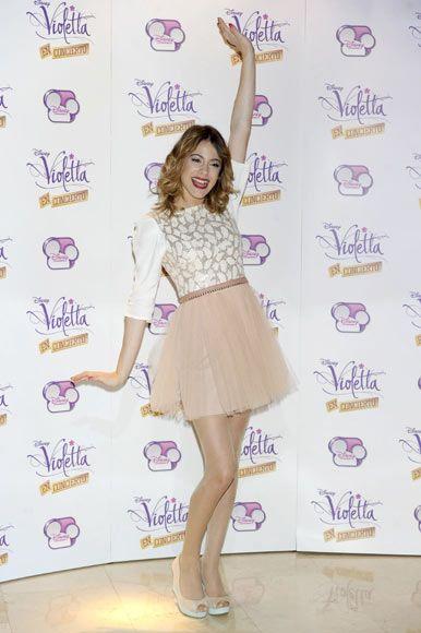 La actriz Martina Stoessel, protagonista de la serie 'Violetta', desata la locura entre sus fans en Madrid #violetta #martinastoessel