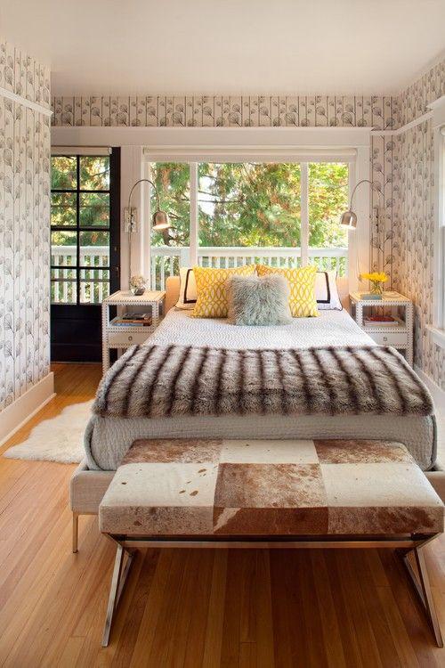 Eine Reihe von französischen Tür und Fenster umrahmen die Natur als landschaftlichen Interesse für dieses Master-Schlafzimmer. Foto: Vanillawood