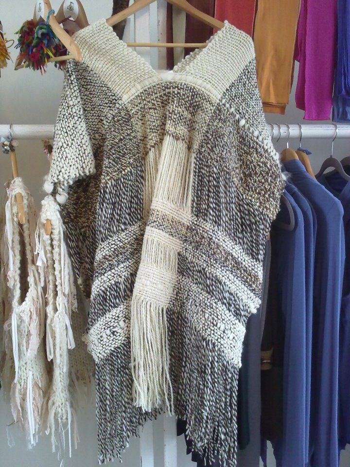 poncho tejido en telar tradicional con lanas 100% naturales de oveja sin teñir