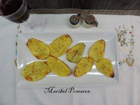 Ingredientes:   2 patatas.  Romero.  Sal.  Aceite de oliva.   Elaboración:   Lavamos, pelamos y cortamos las patatas en rodajas.   ...
