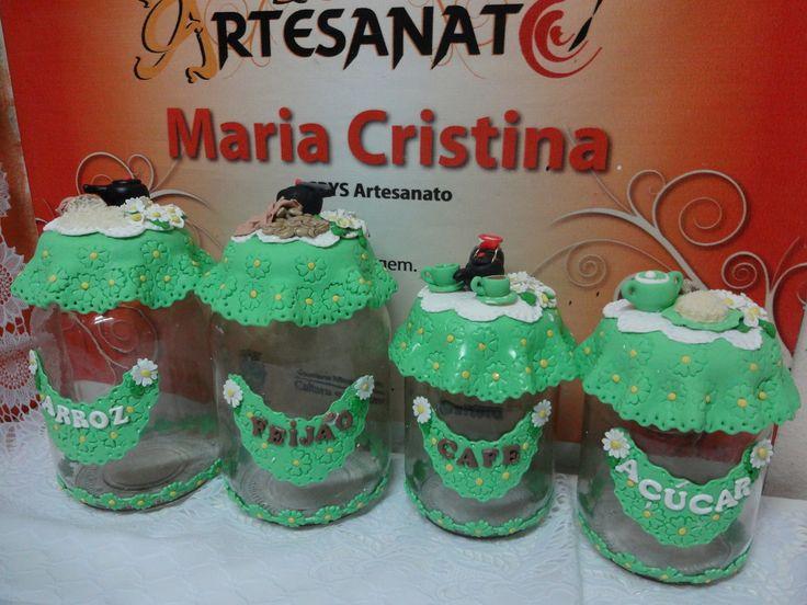 Kit 4 potes decorados verde e branco  Com possibilidade de personalização de cores, modelos, texto, e muito mais a sua escolha.  Ótimo para arroz, feijão, açúcar, café, sal, balas, doces, entre outros.      Imagem ilustrativa  Preço para 4 potes.de vidros com capacidade para 2,5 L e 1,3L