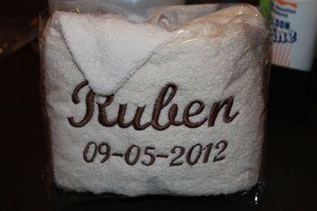 Handdoek met de naam en geboorte datum van het baby'tje