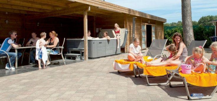 Luxe chalet voor 12 personen op het geliefde Resort Arcen. Met een sauna en jacuzzi in je huis én een heerlijk zwembad en veel activiteiten op het park.