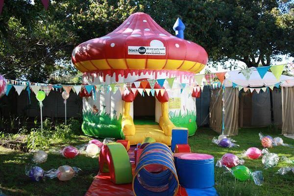 Jumping mushroom and sweet decorations outside #willywonkaparty