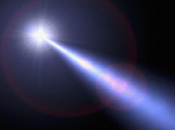 in donkere nacht, bij volle licht   zijn stralen op het doel gericht.