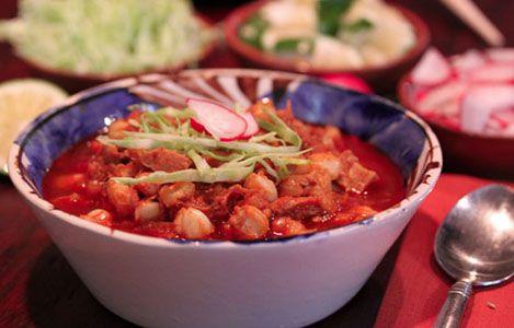 Cómo preparar pozole rojo con pollo y puerco