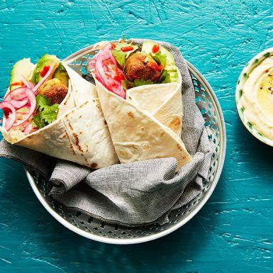 Snabbfixat med färdig falafel, hummus och surkål. Boosta med fräscht grönt som koriander, syrad lök och krämig avokado för en riktigt god och mättande lunch eller middag.