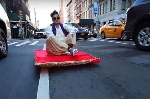 На «ковре-самолете» Аладдин проехался по Нью-Йорку (+видео)